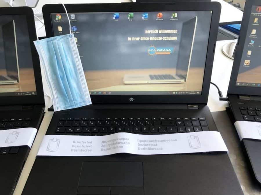desinfizierte laptops warten auf den einsatz
